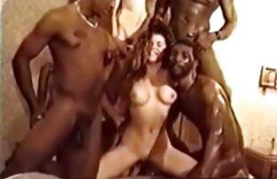 एक हटाने योग्य केबिन में तीन लोगों के साथ एक हिंदी मूवी सेक्स मूवी रूसी टैटू के साथ